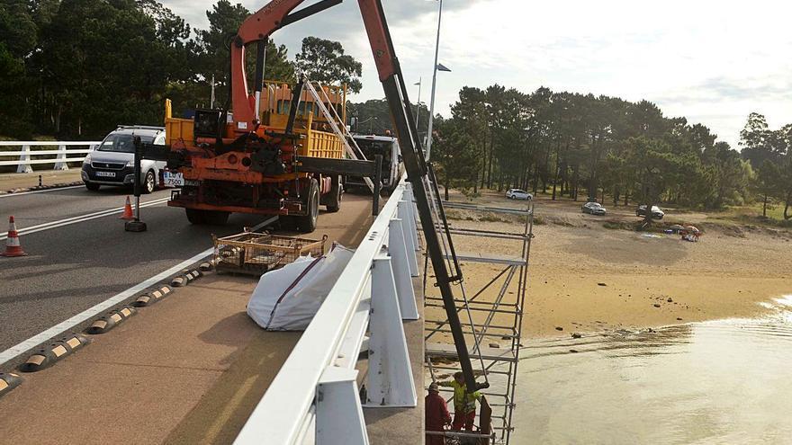 El efecto corrosivo del mar obliga a reparar los neoprenos sobre los que se apoya el puente de A Illa
