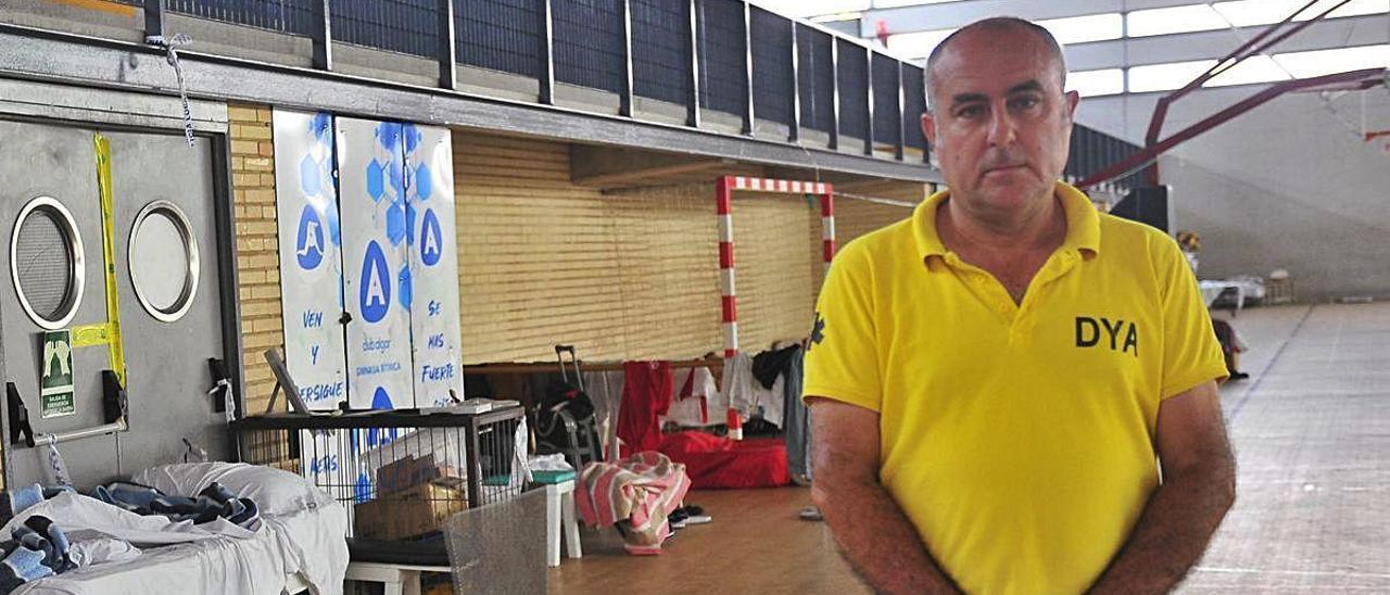 Antonio Tarí minutos después de la entrevista en el desmontaje del albergue provisional de El Toscar. MATÍAS SEGARRA
