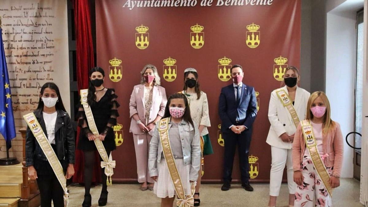 Representantes de la Juventud y de la Infancia junto a Patricia Martín, concejala de Fiestas, y el alcalde Luciano Huerga.