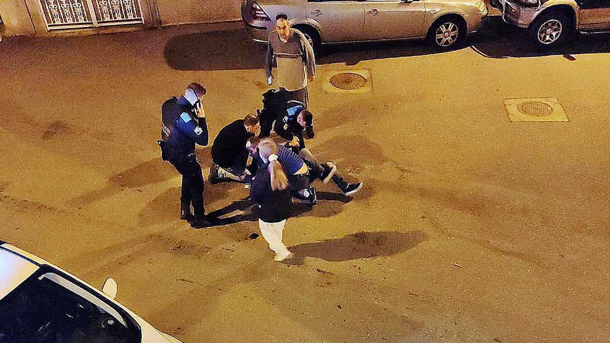 El presunto asaltante, reducido en la calzada. |   // FDV