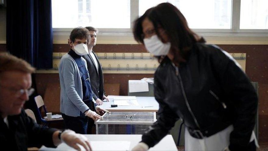 Votando en Francia con guantes de látex