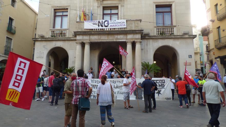 Els treballadors de manteniment públic de Figueres es manifesten davant l'Ajuntament