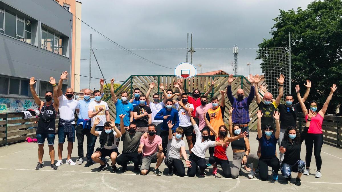 """Los participantes en el """"Reto Dominadas"""", en el exterior del polideportivo Leandro Domínguez, en la Pola"""