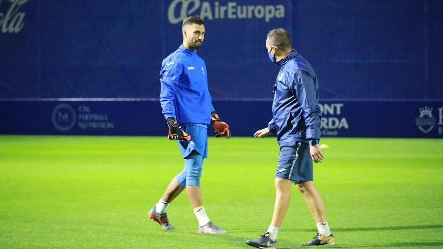 Ginard habla con Jordi Roger, entrenador del Atlético Baleares.