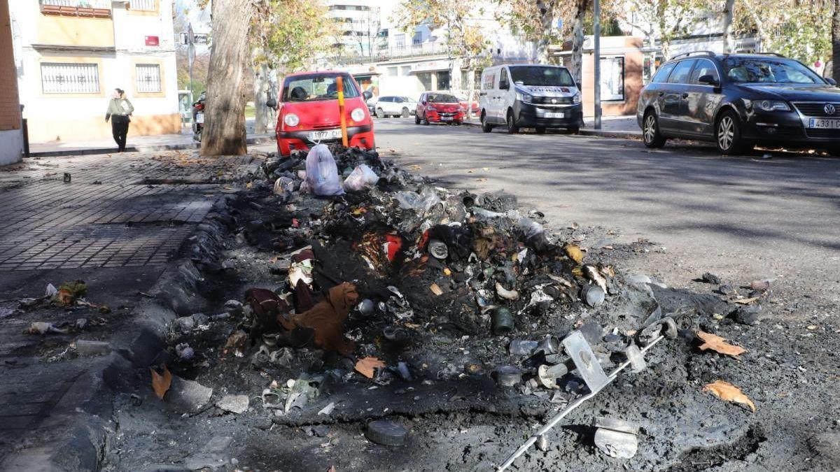 Imagen de archivo de contenedores calcinados en una calle de Córdoba.