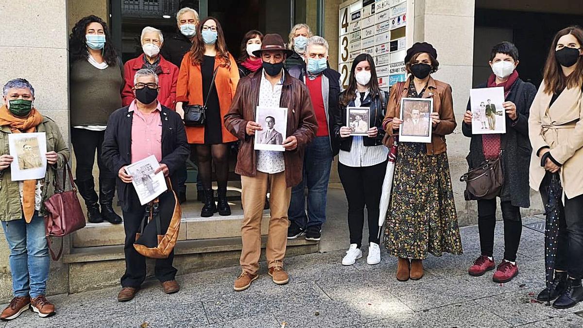 Familiares de las víctimas entregan documentación en el Consulado de Argentina en Vigo, ayer.   | // FDV