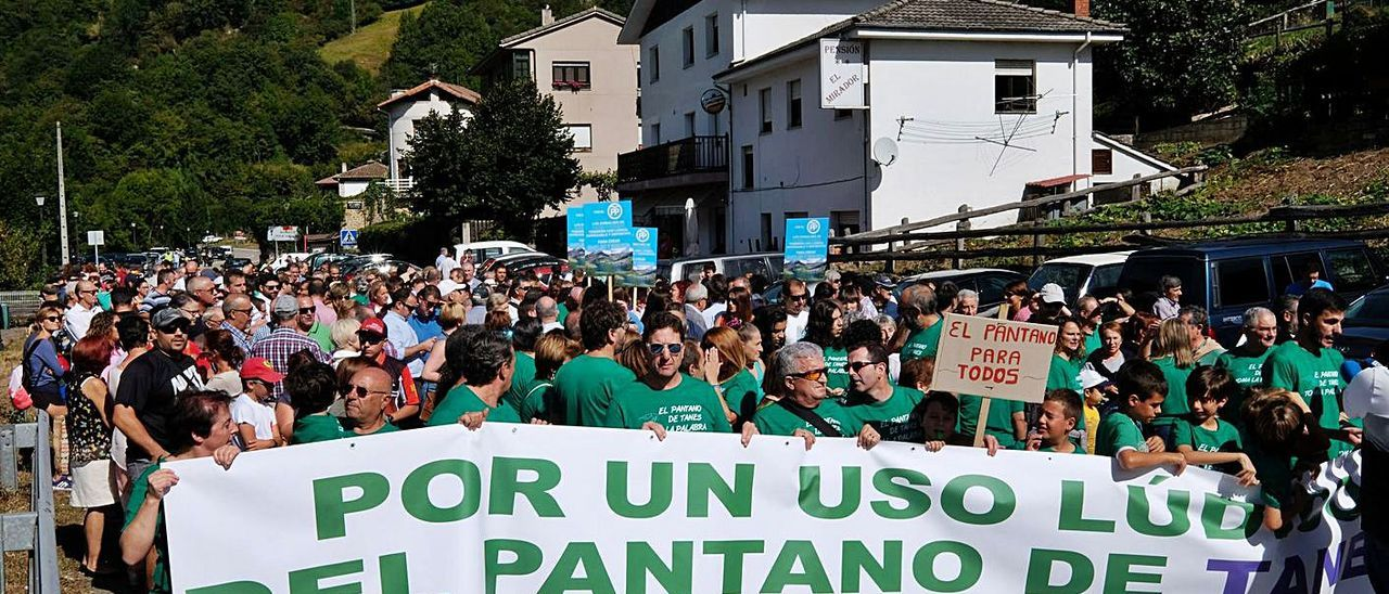 La protesta que se llevó a cabo en Tanes en 2017 para impulsar el uso lúdico de los embalses.   LNE