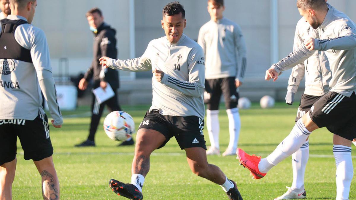 Renato Tapia intenta alcanzar el balón durante el entrenamiento vespertino del viernes en la ciudad deportiva de Mos.