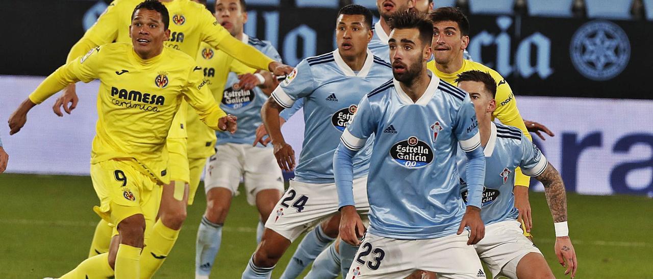 Jugadores del Celta y el Villarreal, expectantes ante un saque de esquina del equipo castellonense. // RICARDO GROBAS