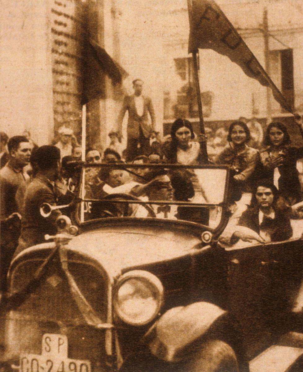 Un grupo de cordobeses celebran la proclamación de la República