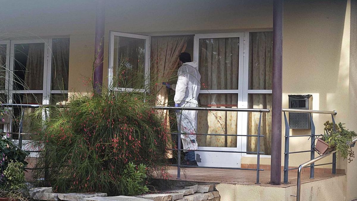 Personal de la residencia de la Pobla de Vallbona donde ya han fallecido nueve personas. | J.M. LÓPEZ