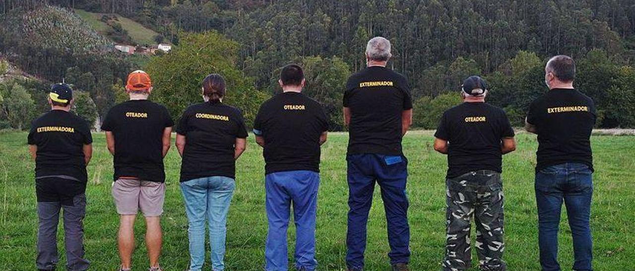Mostrando la identificación de sus camisetas por la labor que realizan.