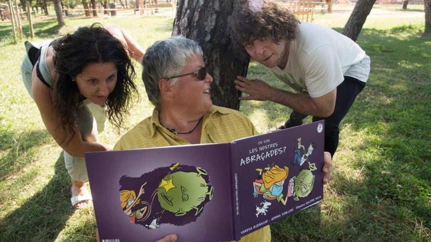 El llibre solidari «On són les nostres abraçades?», a la venda a l'EMPORDÀ
