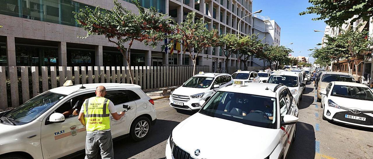 Concentración de taxistas en 2018 en contra de la concesión de licencias VTC en la isla.   VICENT MARÍ