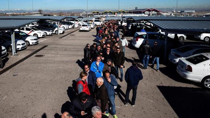 Los taxistas de Madrid votan hoy si dejan la huelga