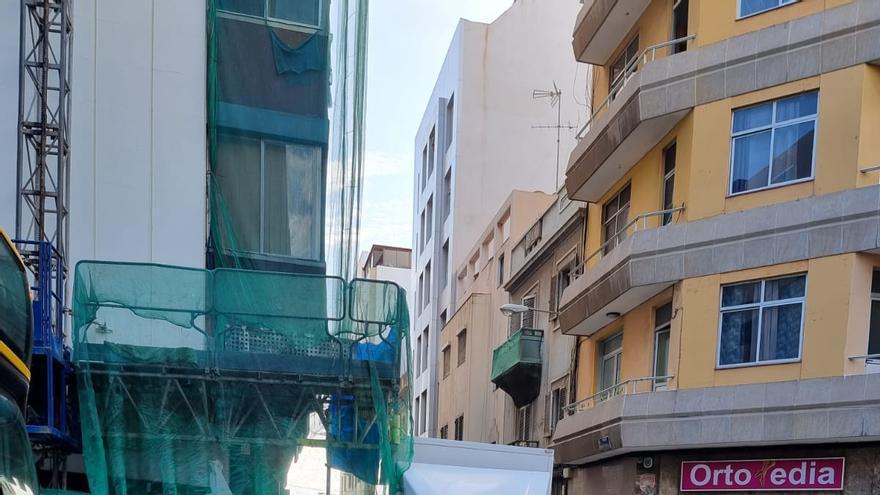 Dos heridos al chocar un furgón contra el andamio en el que trabajaban en Las Palmas de Gran Canaria