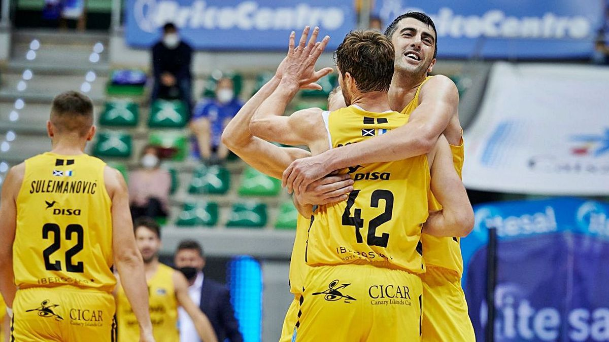 Shermadini y Doornekamp se abrazan después de ganar al Burgos el pasado jueves. | | ACBMEDIA