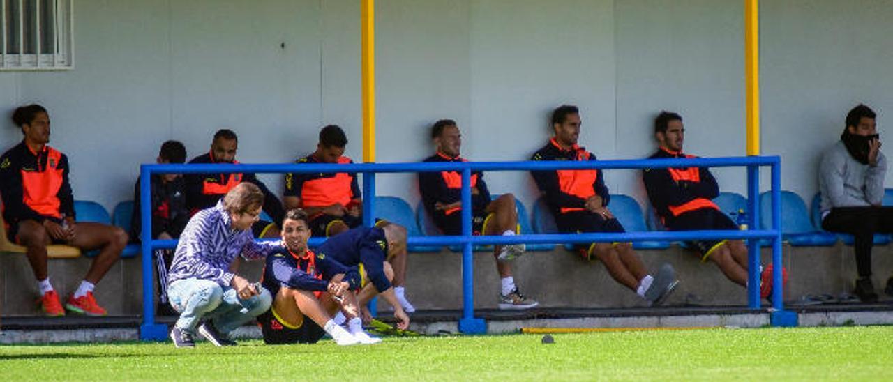 El mediapunta y capitán Viera, ayer, dialoga con el director deportivo Toni Cruz. Detrás, Nabil, Simón y Dani.