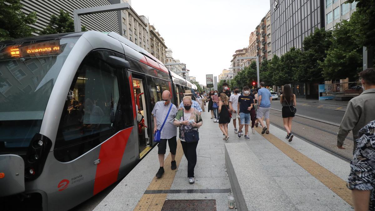Un tranvía en la parada de Independencia, en Zaragoza.