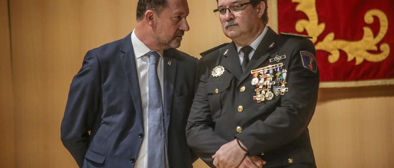 El alcalde oriolano, Emilio Bascuñana, junto al intendente de la Policía Local, José María Pomares, en una imagen de archivo