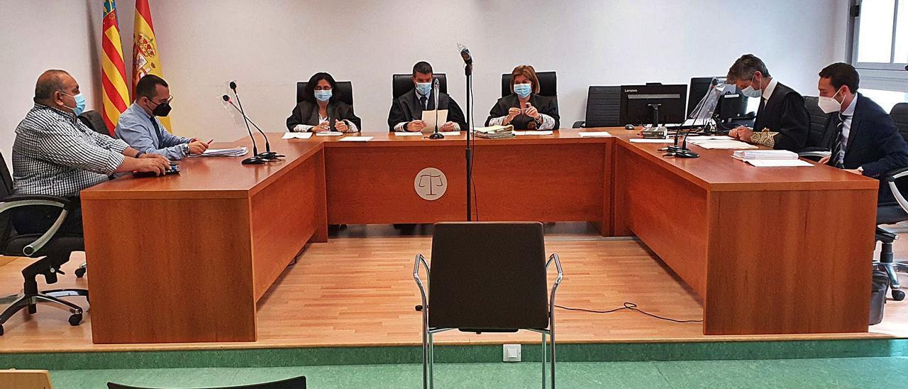 El expresidente del Colegio de Graduados Sociales, primero por la izquierda, durante el juicio celebrado ayer en la Audiencia de Alicante.   DELGADO