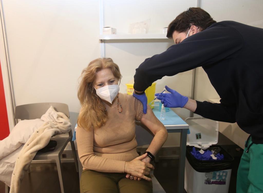 Largas colas para vacunarse en Ciudad de la Luz