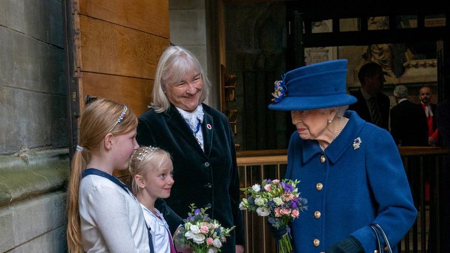 Isabel II usa un bastón por primera vez en un acto público