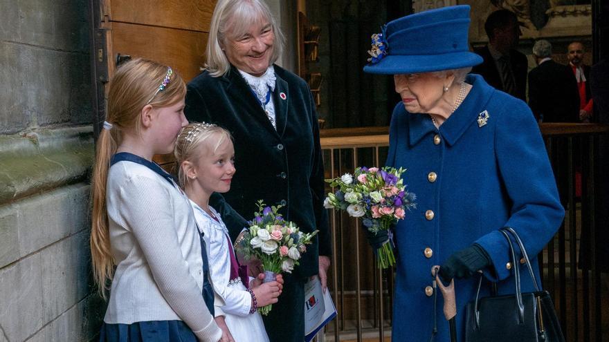 Isabel II usa en público un bastón