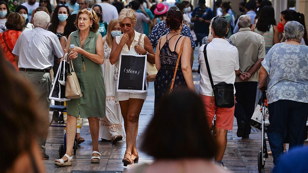 Malagueños pasean por el Centro y aprovechan para hacer compras en la calle Nueva. | GREGORIO MARRERO