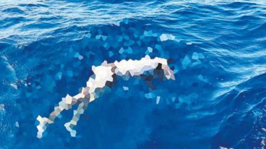Un padre y su hijo hallan el cadáver de un migrante flotando en Fuerteventura