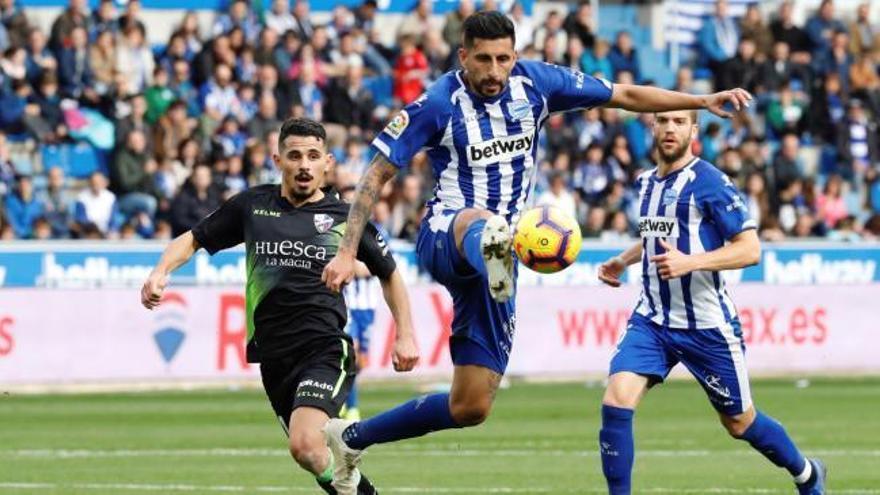 El Alavés remonta ante el Huesca y continúa imparable