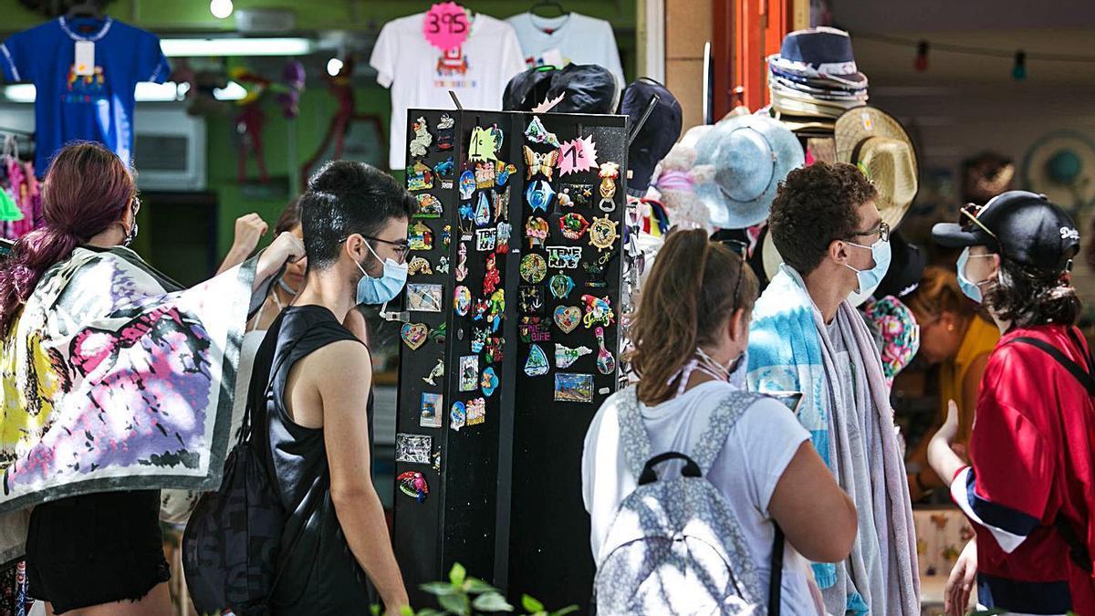 Unos turistas transitan por delante de una tienda en Puerto de la Cruz.