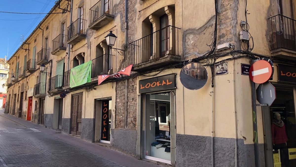 L'edifici on es vol fer el projecte està situat entre els carrers Bisbe Valls i Església