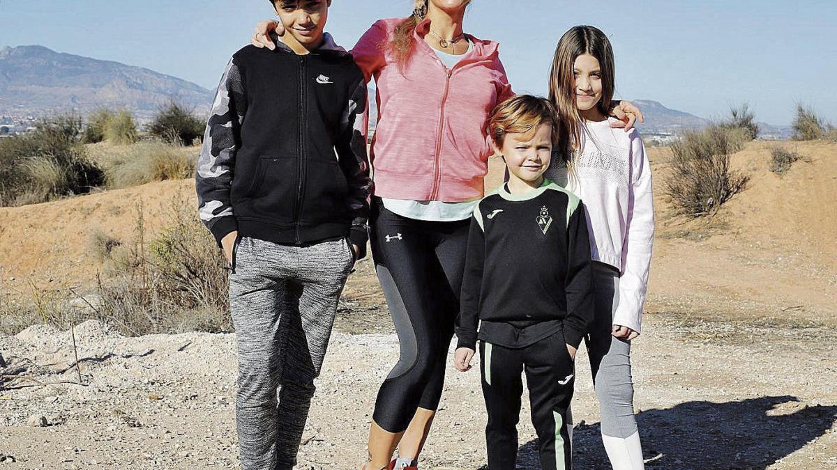 Lydia Bohmann, con sus tres hijos.