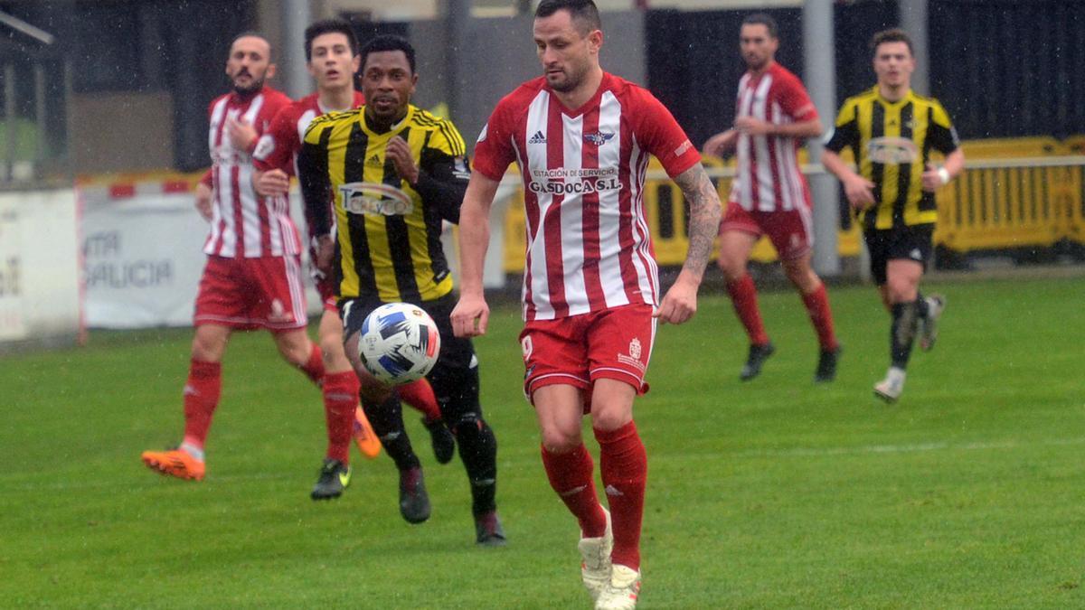 Aitor Díaz controla un balón durante un partido con el Alondras
