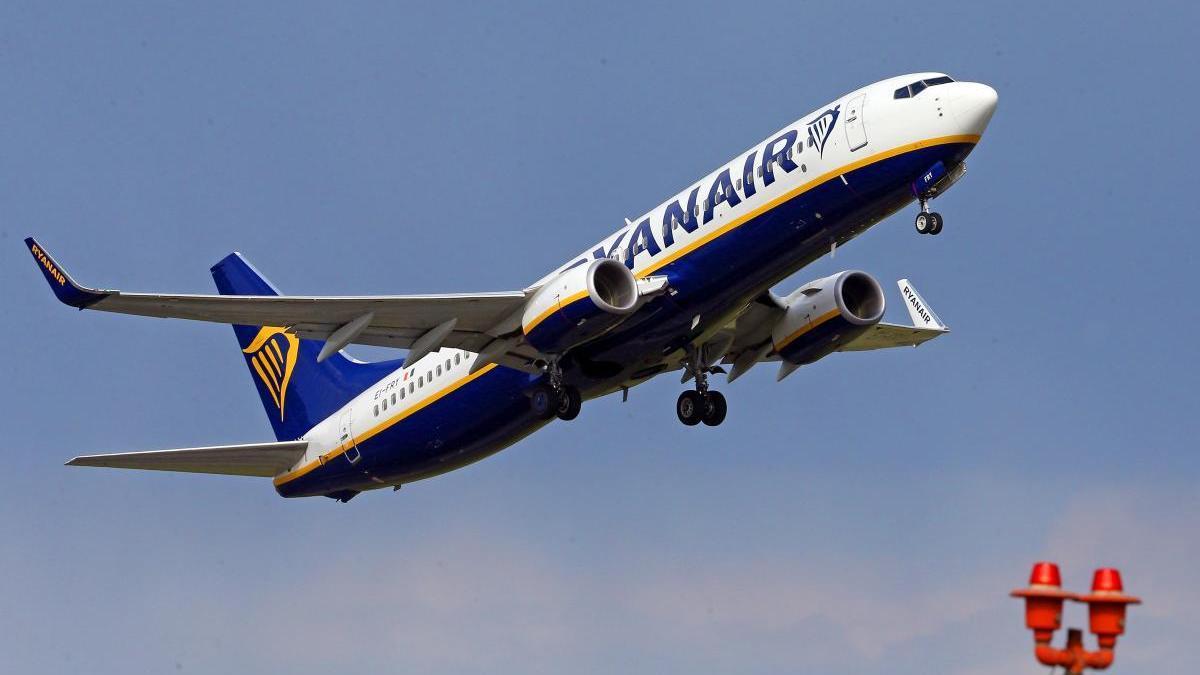 Un avión de Ryanair despegando del aeropuerto de Vigo. // Marta G. Brea
