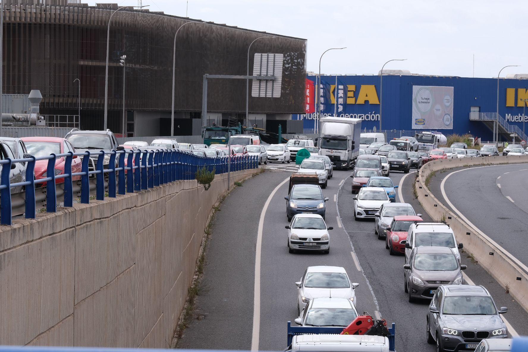 Gran atasco en la Vía de Cintura de Palma a consecuancia de un camión averiado
