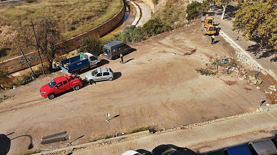 Cort proyecta asfaltar un solar usado como parking que debería ser una plaza