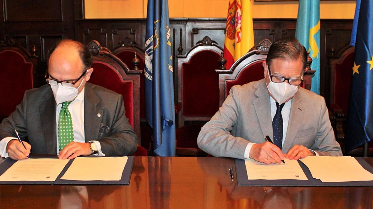 El rector de la Universidad de Oviedo, Ignacio Villaverde (a la izquierda) y el alcalde de Oviedo, Alfredo Canteli, en la firma del convenio, ayer.