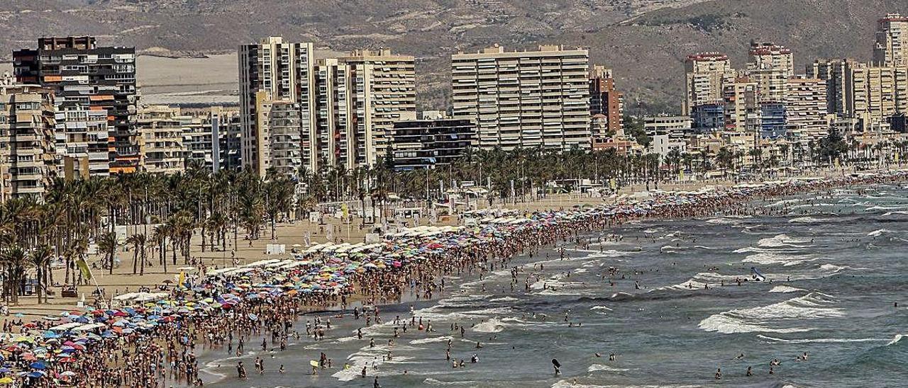 La Playa de San Juan, en Alicante, que cuenta con una gran planta de apartamentos vacacionales.