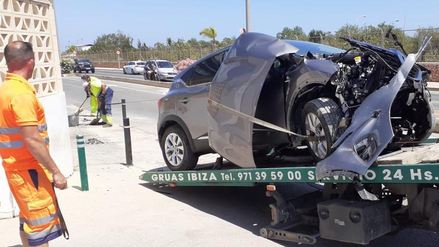 Destroza un coche de alquiler en Ibiza al chocar contra un taxi