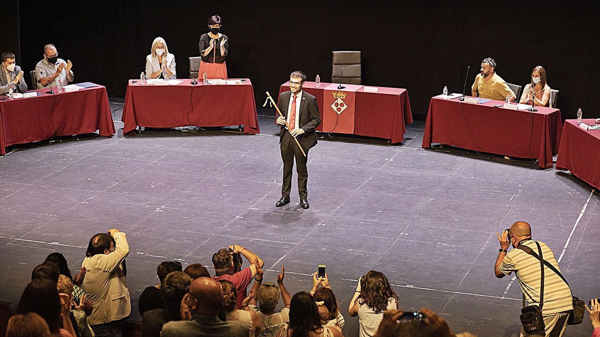 Joan Plana, amb la vara d'alcalde al mig de l'escenari del Teatre Municipal, que va exercir de sala de plens, aquest dissabte