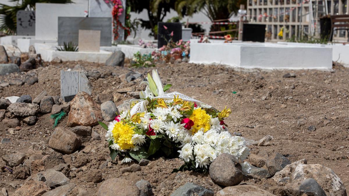 Entierran en Las Palmas de Gran Canaria a la niña maliense que murió cinco días después de llegar en patera