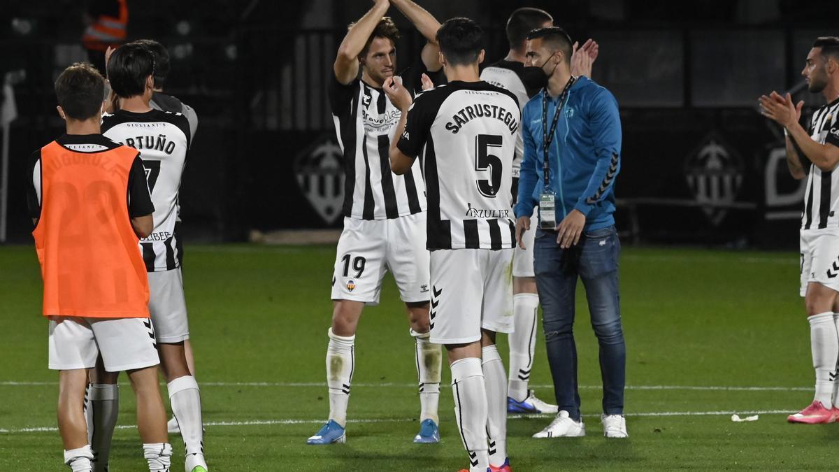 Señé, Satrústegui y Regalón, tres futbolistas que no seguirían la próxima temporada, tras el encuentro ante el Rayo.