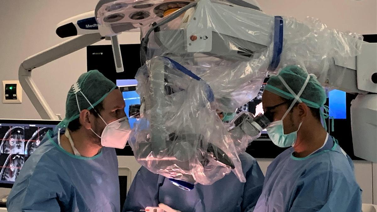 El equipo de Neurocirugía del Hospital Quirónsalud Córdoba-IENSA