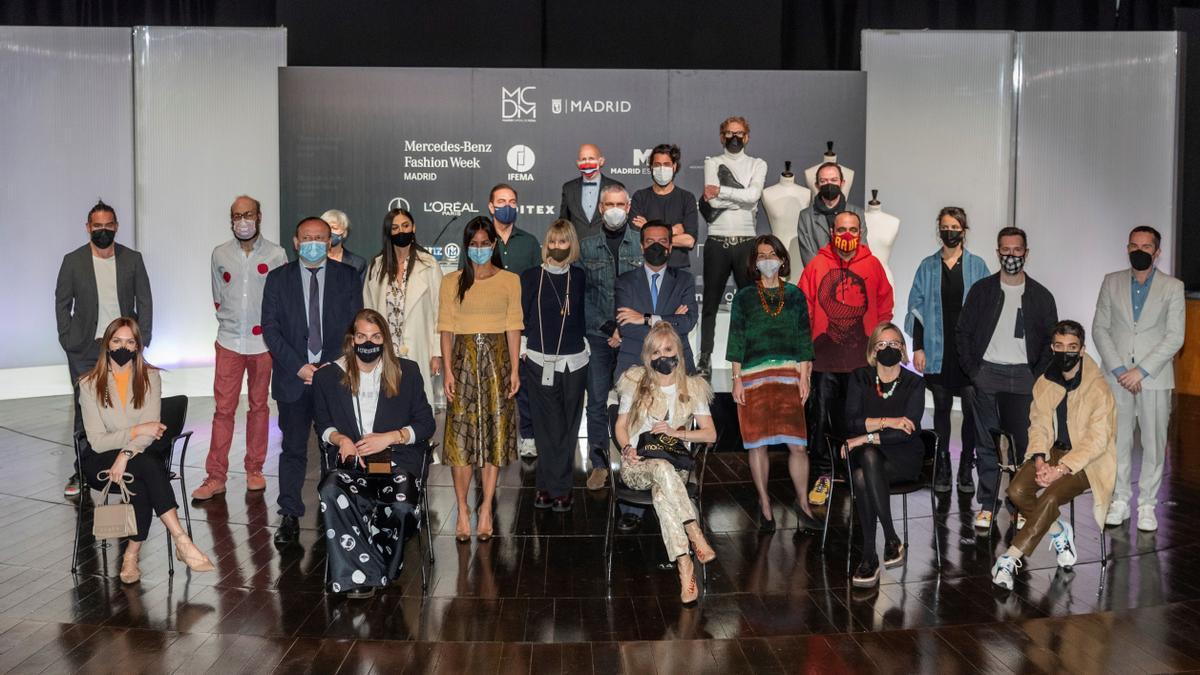 La vicealcaldesa de Madrid, Begoña Villacís, posa junto a diseñadores, artistas y responsables  durante la presentación de MBFWMadrid.