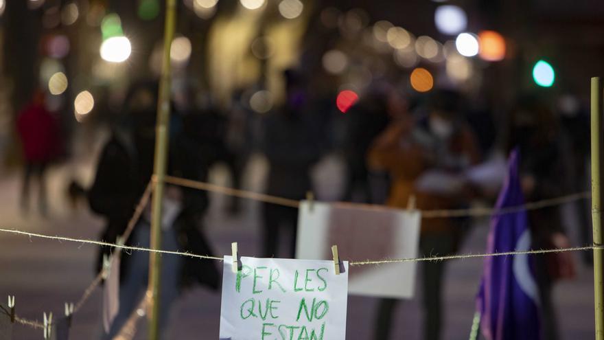 Decenas de mujeres se concentran por el Dia de la Dona en Xàtiva