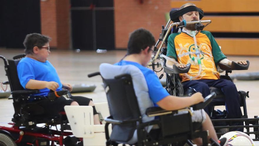 Amistoso de fútbol en silla de ruedas eléctricas en la Universitat