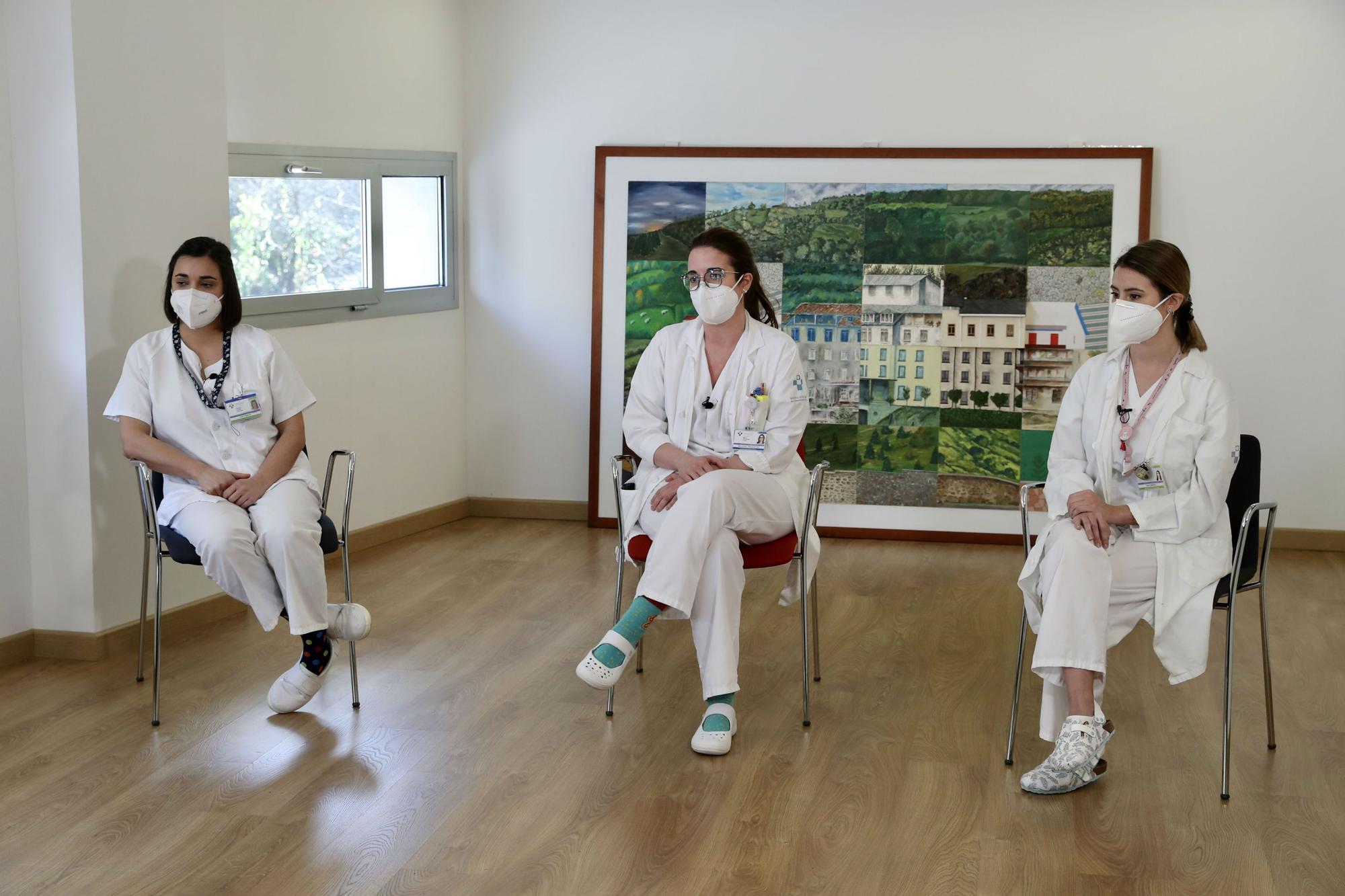 De izquierda a derecha, Patricia García González, enfermera del servicio de urgencias del centro hospitalario; María Fernández Prada, médica del servicio de Medicina Preventiva y Salud Pública del área VII (zona de Mieres) y Elena Mediavilla Álvarez, enfermera del equipo de vacunación del área.