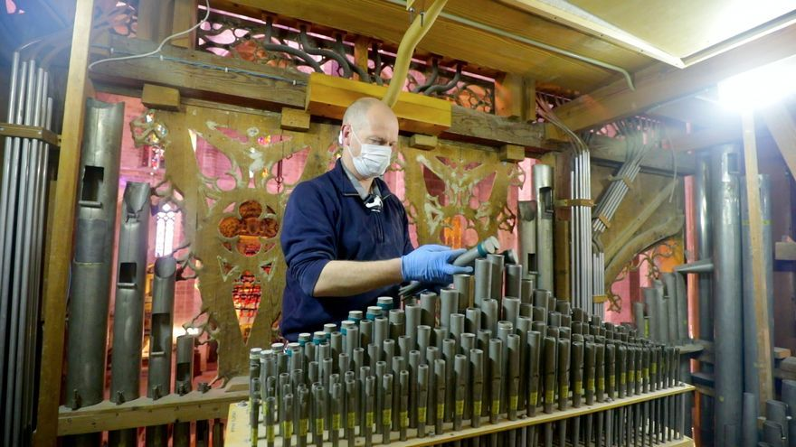 Así es el desmontaje de los 800 tubos del órgano de la Seu